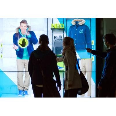 زوجين باستخدام شاشة كبيرة تعمل باللمس نافذة عرض متجر