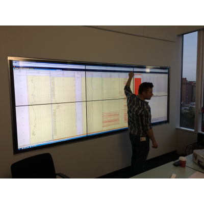 رجل يستخدم شاشة لمس احترافية في غرفة الاجتماعات