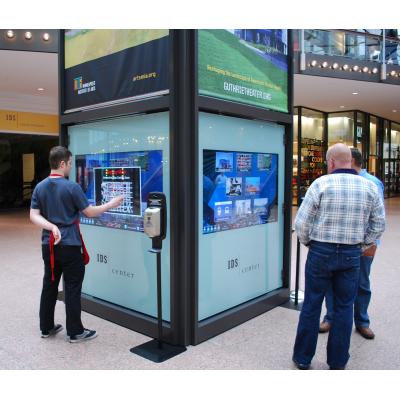 شاشة لمس للدخول في مركز تسوق