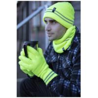 رجل يرتدي قبعة وقفازات عالية الوضوح من شركة HeatHolders ، المزود الرائد للقبعات الحرارية.