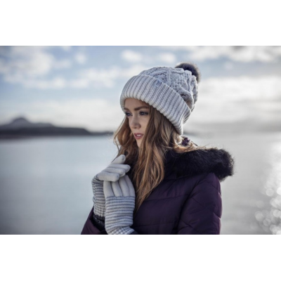 امرأة ترتدي قبعة وقفازات من HeatHolders: المورد الرئيسي للملابس الحرارية.