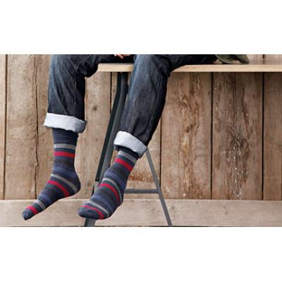رجل يرتدي جوارب مخططة من مورد جورب عالي الجودة.