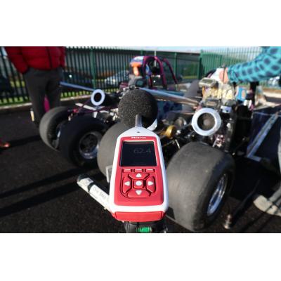 ديسيبل متر لقياس الضوضاء السيارة.