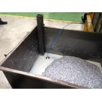 Maskinkølevæske genanvendelsessystem in situ i en spåntank.