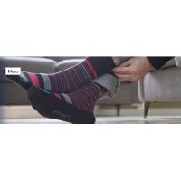 En mand iført GentleGrip komfortable sokker.