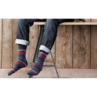 En mand iført stribede sokker fra den førende leverandør af kvalitetssokker.