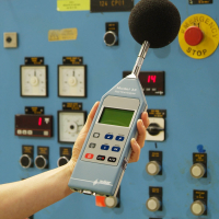 En arbejdstager, der bruger en professionel støjmåler.