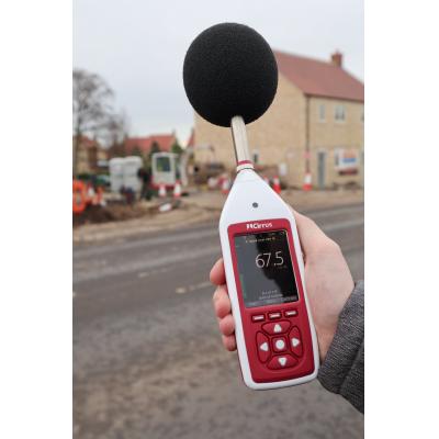 Optimus   decibel meter vurderer vejstøj.