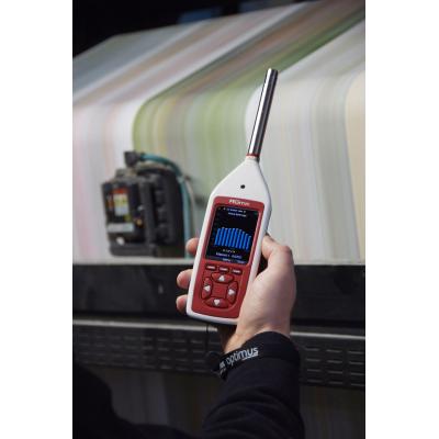 Digital lydniveau måler arbejder på fabrikken