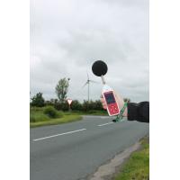En Optimus miljø- og erhvervsmæssig støjmålingsanordning bruges udenfor af en vej.