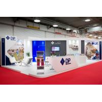 Trade show booth designere står på en exibition