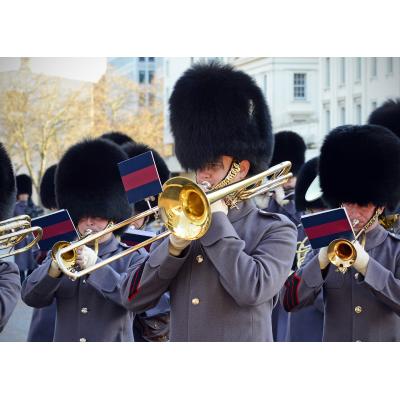 et marcherende band spiller marcherende bandinstrumenter