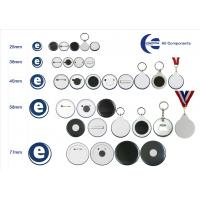Badges, nøgleringe og magneter lavet med en brugerdefineret badge maker.