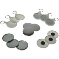 Et udvalg af badges, magneter og nøgleringe, der kan laves med en badge maskine.