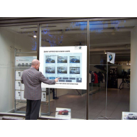 Ein Mann, der ein PCAP-Touchfolie interaktives Schaufenster verwendet