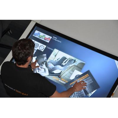 Ein Mann, der eine staubdichte Touch Screen Tabelle verwendet