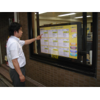 Ein Mann, der eine 40-Zoll-Touch Screen Overlay-Schaufensteranzeige verwendet