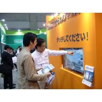 Zwei Männer, die einen Touch Screen mit wechselwirkender Folie verwenden