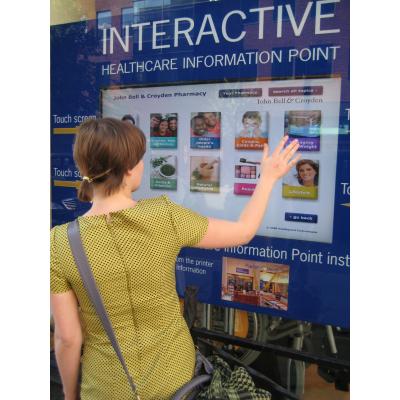 Eine Frau mit einem 32-Zoll-Touchscreen-Overlay-Fenster