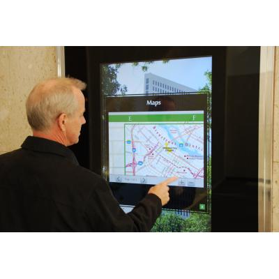 Ein Mann, der einen interaktiven wayfinding Kiosk verwendet
