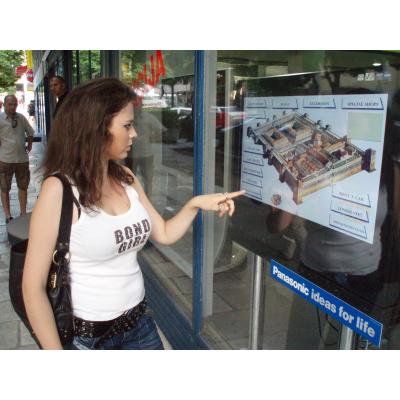 Mädchen, das Touch Screen mit wechselwirkender Folie verwendet