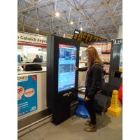 Ein Mädchen, das einen Touch Screen Kartenmaschinenzeitplan an einem Flughafen verwendet