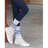 Graue, gestreifte Frauensocken vom bequemen Sockenhersteller.