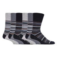 Schwarze und graue bequeme Socken.