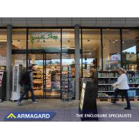 Digitale Schilder auf Rollen vor einem Supermarkt.