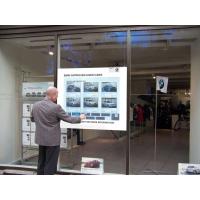 Un hombre que usa una ventana de tienda interactiva de PCAP touch foil