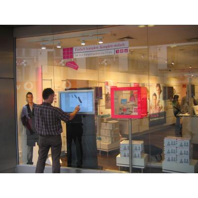 Una pantalla táctil interactiva de la tienda de papel