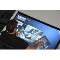Un hombre que usa una mesa de pantalla táctil a prueba de polvo