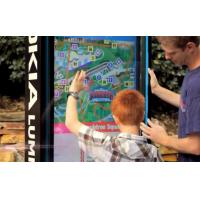 Un kiosco de pantalla táctil exterior de VisualPlanet que utilizan un padre y su hijo