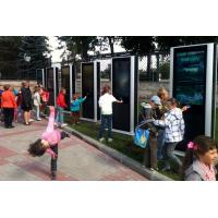 Niños usando un tótem de pantalla táctil a prueba de agua