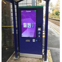 Una máquina de tickets de autoservicio con una pantalla táctil de vidrio grueso