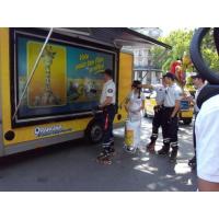 Una camioneta promocional de pantalla táctil al aire libre