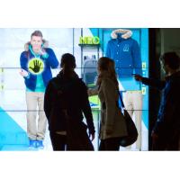 Una pareja que usa una ventana de escaparate de pantalla táctil de gran formato