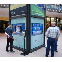 Personas que usan un quiosco interactivo de orientación en un centro comercial