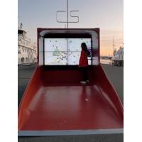 Una mujer que usa un quiosco de orientación interactiva de PCAP