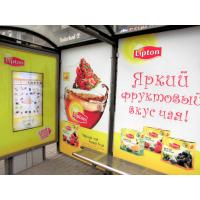 Señalización digital interactiva en una parada de autobús