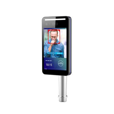 Quiosco de medición de temperatura corporal con vista frontal de reconocimiento facial montado en poste.