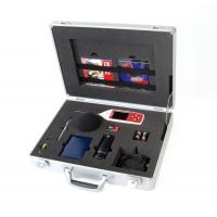 Un medidor de nivel de sonido con análisis de frecuencia en un estuche