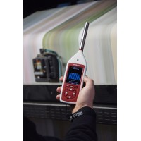 medidor de nivel de sonido digital que trabaja en fábrica