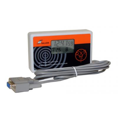 vista lateral de reloj controlado por radio con el cable serie