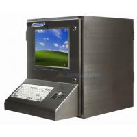 la carcasa PC impermeable lado izquierdo con el monitor encendido