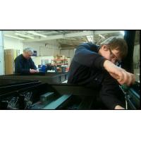 Conduzca a través del fabricante del quiosco en el trabajo en un recinto de señalización digital.