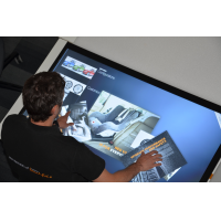 Un homme utilisant une table à écran tactile anti-poussière