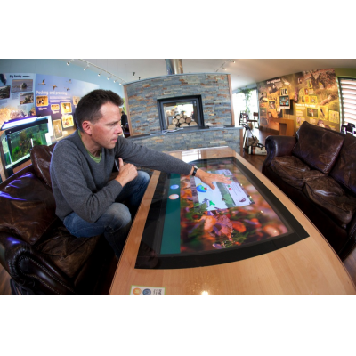 Un homme utilisant une table à écran tactile PCAP
