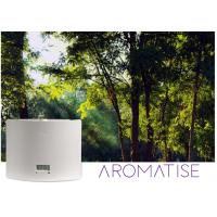Aromatiser la machine de marketing de parfum sur un fond de forêt.