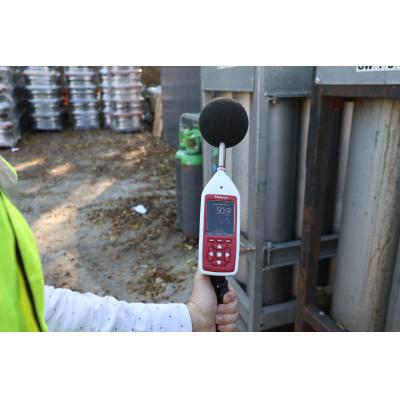 Sonomètre Bluetooth utilisé pour les mesures acoustiques industrielles.